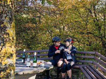 Mountainbikergruppe bei der Rast an der Hütte Rottenblick Enkirch